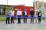 Na Mendlově náměstí otevřeli v pátek nový park. Cestující si tak mohou zpříjemnit čekání na spoj.