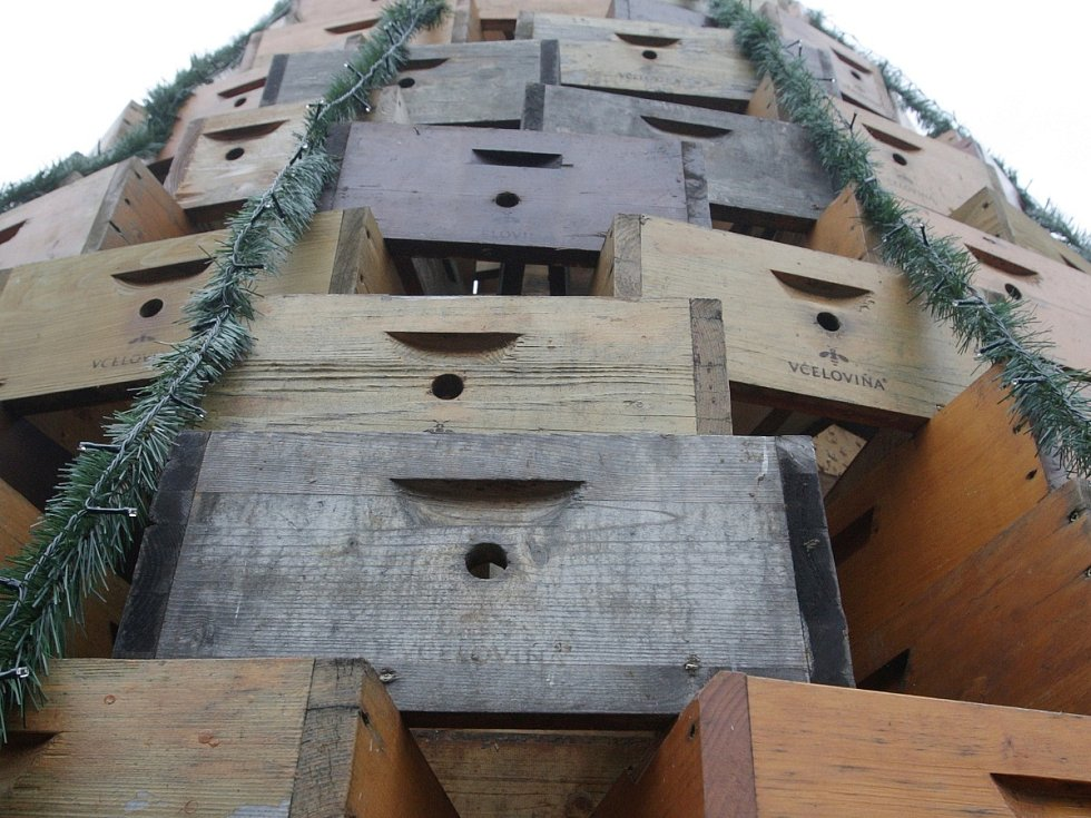 Dominantou vánočních trhů na Moravském náměstí letos bude vánoční strom vytvořený ze světelných řetězů. Pod ním si lidé objednají nápoje ve venkovním baru. Další novinkou je pětice šapitó.