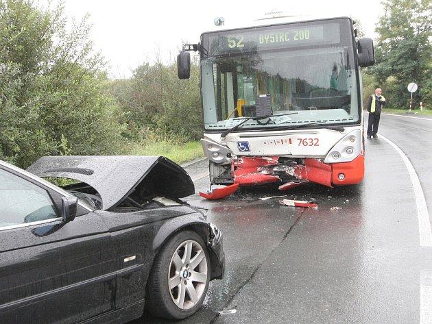 Řidič osobního automobilu naboural do autobusu městské hromadné dopravy.