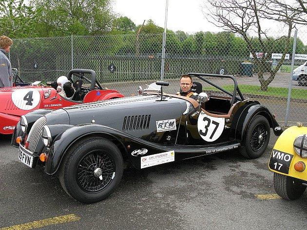 Brněnský jezdec Michal Pavlík závodí s Morganem, autem z jasanového dřeva.