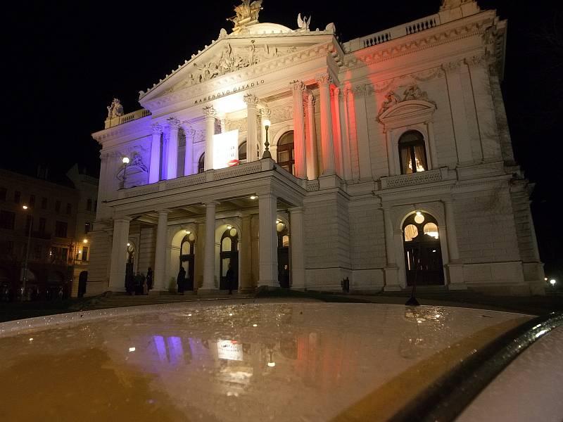 Barvy francouzské trikolory na Mahenově divadle v Brně.