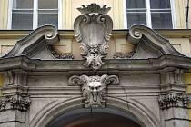 Vstupní portál knihovny Jiřího Mahena - ilustrační foto.
