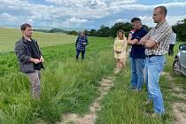 Zemědělské družstvo Pooslaví Nová Ves odstartovalo pro zájemce z řad zemědělců praktická setkání v květnu, pokračovat budou přes léto až do podzimu.