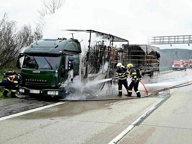 Požár zachvátil kamion na dálnici D1 ve středu krátce před druhou hodinou odpoledne. Hořící kamion zastavil poblíž mostu na 177. kilometru ve směru na Prahu u Říčan na Brněnsku.