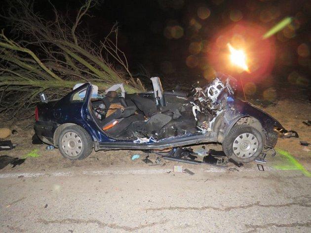 Krátce před sedmou hodinou večerní vyjížděli v úterý hasiči, policie a záchranka k nehodě jednoho osobního auta na silnici mezi Nesvačilkou a Těšany na Brněnsku.