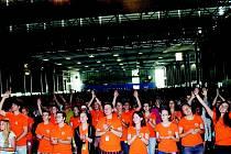 Nejen modlitby a mše, ale i cimbálovka a biblické tance. Takový je program letošního 27. ročníku Katolické charismatické konference, kterou hostí Brno. Pětidenní akce, o kterou je letos rekordní zájem, začala ve středu na výstavišti.