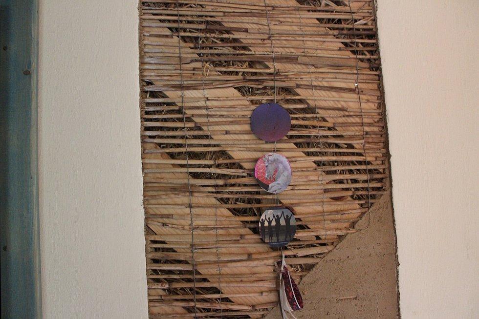 Pohled na vnitřek zdi ve straw-housu.