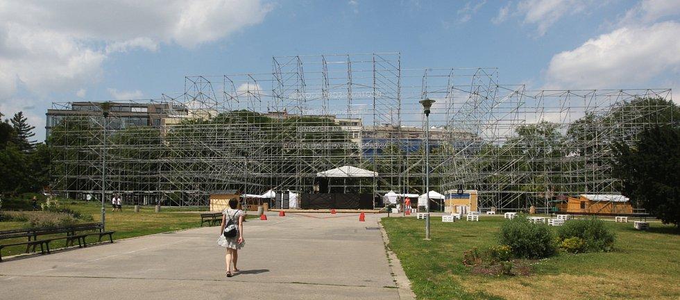 Maketa Německého domu na brněnském Moravském náměstí stojí načerno. Chybí ji stavební povolení.