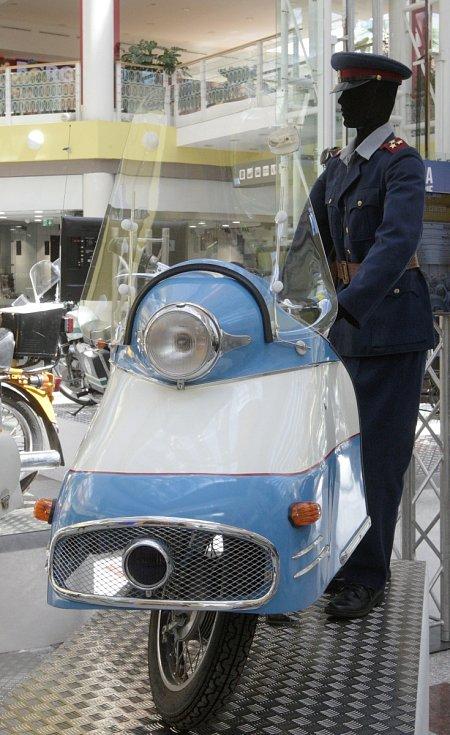Návštěvníci výstavy se mohou kochat historickými i moderními vozy, chybět však nebudou ani doplňkové exponáty v prosklených vitrínách. Akce v modřickém nákupním centru Olympia se koná u příležitosti pětadvaceti let od vzniku Policie České republiky.