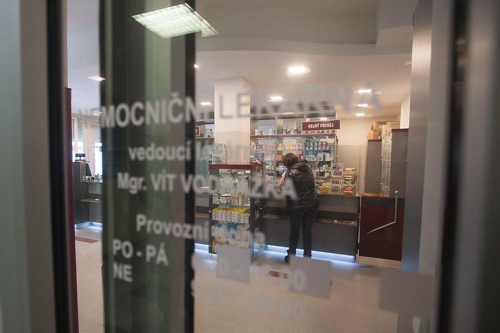 Prodej respirátorů v Nemocniční lékárně v Havlíčkově Brodě.
