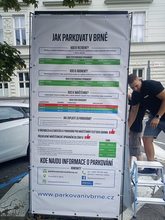 Instalace informačního panelu ke změnám v rezidentním parkování v Brně.