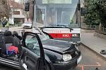 Páteční tragická nehoda trolejbusu linky 32 a auta na křižovatce brněnských ulic Srbská a Berkova v Králově Poli. Řidič auta nedal přednost, na místě zemřel.