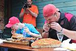 Rekordních dvaačtyřicet minut trvalo dvojici jedlíků překonat sedm a půl kilový burger z brněnského Pablo Escobaru.