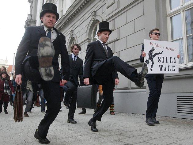 Přes dvě stě vyznavačů švihlé chůze se v sobotu odpoledne sešlo na Moravském náměstí. Fanoušci britské komediální skupiny Monty Pythona oslavili v Brně Mezinárodní den švihlé chůze.