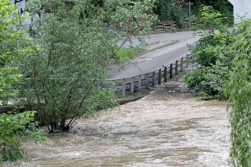 Takto vypadala po víkendových bouřkách část silnice mezi Bílovicemi nad Svitavou a Adamovem.
