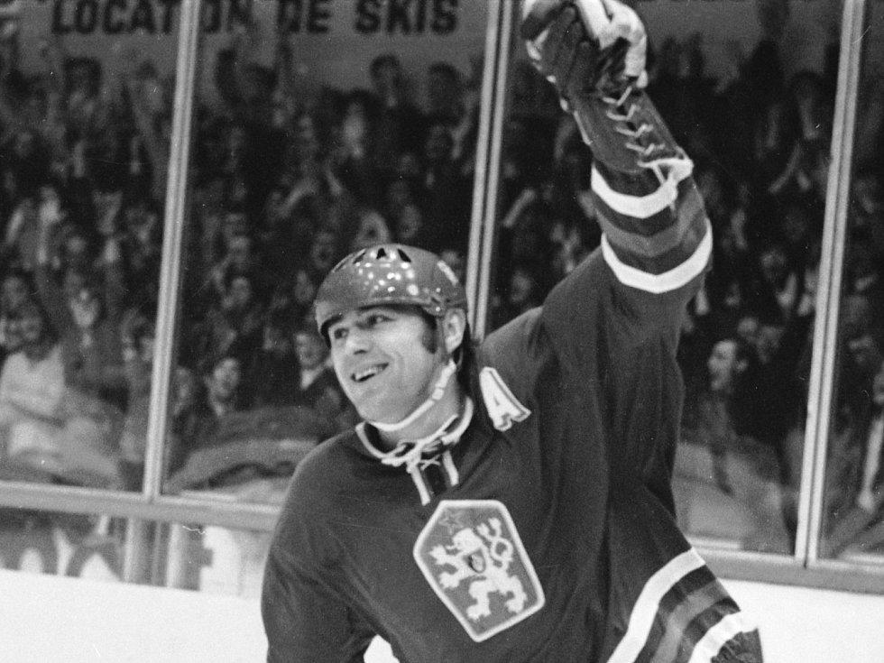 Václav Nedomanský se raduje ze vstřelení první branky v utkání se sovětským svazem na mistroství světa 1971 ve Švýcarsku.