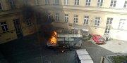 Hořící dodávka řemeslníků ve vnitrobloku Masarykovy univerzity těsně před výbuchem.