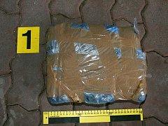 Celníci dopadli pašeráky z Rakouska, kteří převáželi dva kilogramy marihuany.
