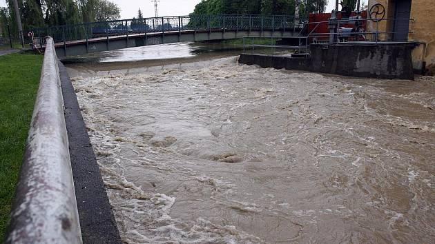 Vzedmutá hladina řeky Moravy u Rohatce a Veselí nad Moravou a čerpání spodní vody do Kyjovky v obci Týnec.