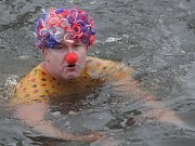 Otužilci se na Nový rok koupali ve Svratce.