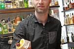 Redaktor Deníku Rovnost Jaroslav Kára si vyzkoušel práci barmana v brněnském Baru, který neexistuje.