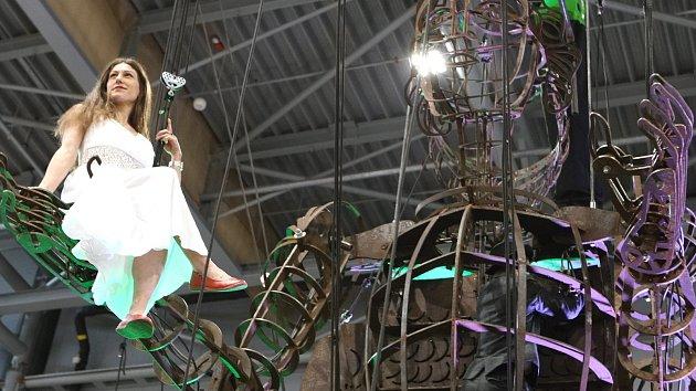 Osmimetrový rytíř-anděl drží dívku v náručí. V Brně se rozpohybovala obří loutka