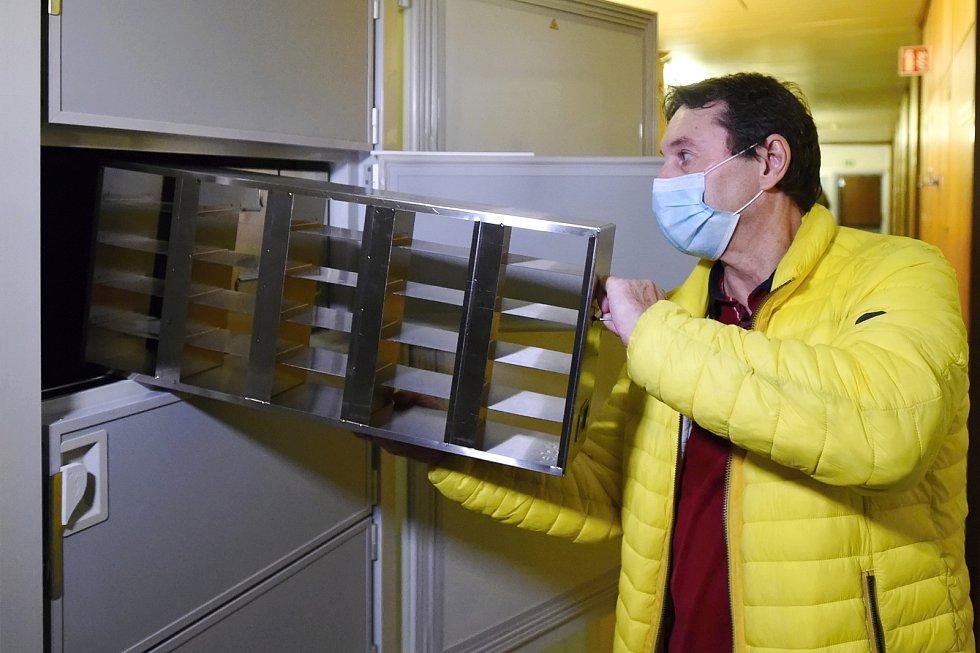 Nový mrazák pro očkovací vakcíny na covid-19 ve FN Brno Bohunice.