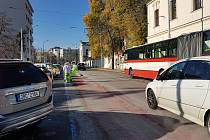 Rušení cykloobousměrky na brněnském Mendlově náměstí.