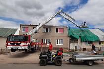U přibližně sta střech bude v zasažených lokalitách potřeba po noční bouřce opravit provizorní zaplachtování.