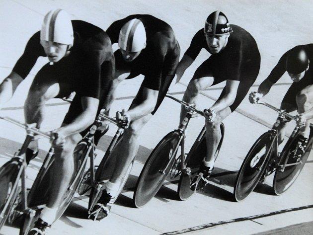 Svatopluk Buchta začínal jako hokejista, na dráze se pak stal cyklistickým mistrem světa. Tento sport ho nakonec přivedl až mezi šejky do Kataru.