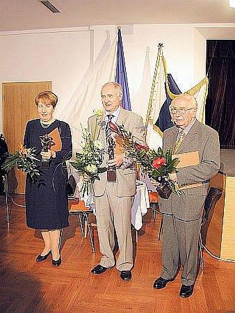 Skladatel Zdeněk Zouhar (vpravo) v roce 2006 při předání Ceny města Blanska za kulturu.