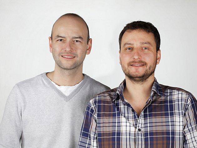 Po pěti měsících intenzivní práce vznikl film Setkání pod Brnem, jehož autory jsou Adam Lašek (vlevo) a Stanislav Karafiát. Natočili ho s mentálně postiženými herci, námětem se stalo propadnutí tramvajové zastávky v Pekařské ulici před čtyřiceti lety.