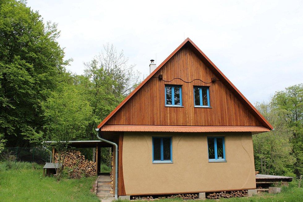 Součástí areálu je také takzvaný straw-house - dům postavený ze slámy. Přebývají v něm dobrovolníci, kteří pomáhají s fungováním mlýna.