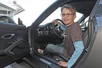 Projekt Můj nový život zprostředkoval pro bývalé dětské onkologické pacienty návštěvu v autosalonu Porsche.