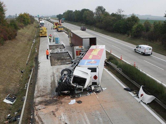 Při nehodě kamionu na dálnici D1 mezi Vyškovem a Brnem zemřel řidič.