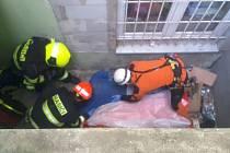 Brněnští hasiči zachraňují muže po pádu do třímetrové šachty ve dvoře ulice Bratislavská.
