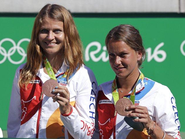 Čeští sportovci získali na srpnové olympiádě vbrazilském Rio de Janeiru deset medailí. Bronz vtenisové čtyřhře slavila sBarborou Strýcovou brněnská tenistka Lucie Šafářová.