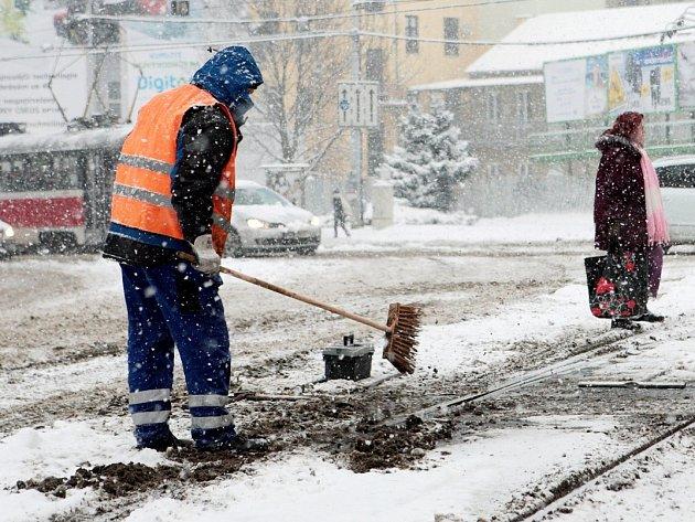 Čtvrteční ráno se v Brně neslo ve znamení hustého sněžení a bílé pokrývky. Chodci se museli vypořádat s klouzajícími chodníky, řidiči zase museli být opatrní na silnicích.