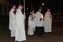 Sady ozářil průvod světla. Brňané šli s biskupem na mši.