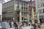 Jakubské náměstí je plné židlí a stolů.