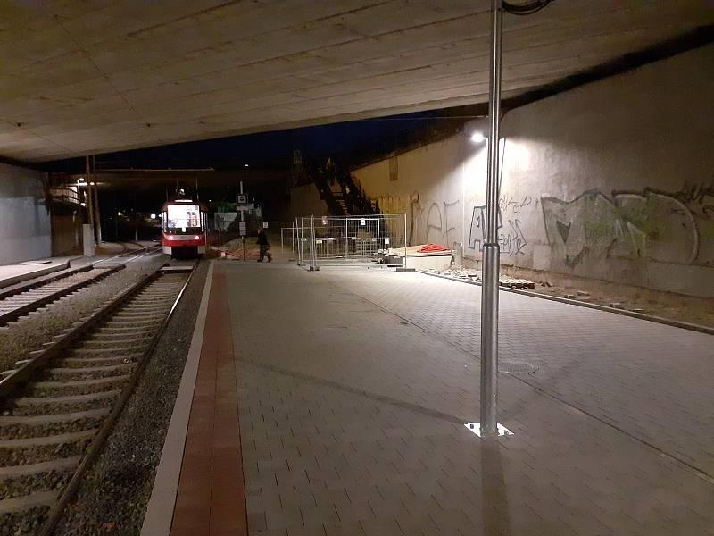Tramvajová zastávka Osová umístěná pod mostem už zmizela.
