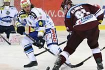 Hokejový obránce Jan Hanzlík (vlevo).