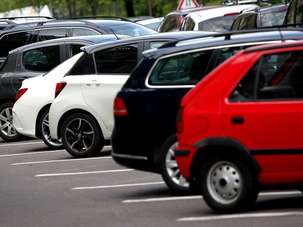 Brno 3.5. 2017 automobil parkování parkoviště dopravní značka značení