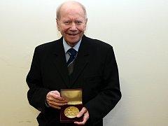 Dušan Holý převaz Zlatou medaily Masarykovi univerzity.