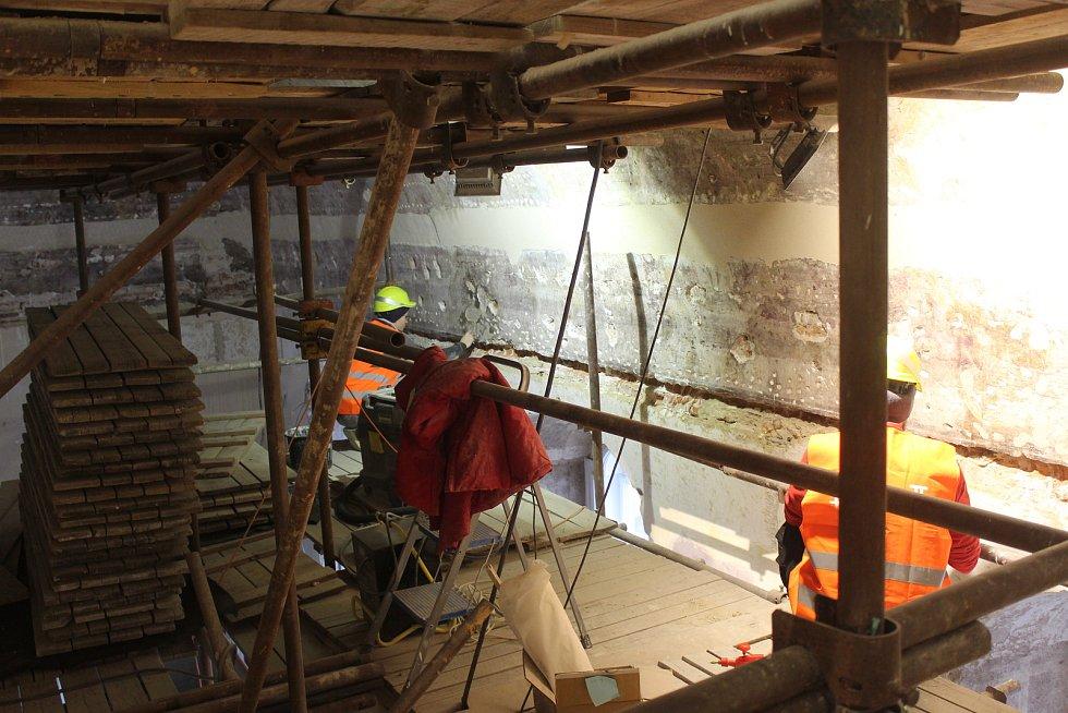 Restaurátoři v sále Rady brněnské Nové radnice zachraňují původní barokní fresku, která je oproti předpokladům v horším stavu, než si restaurátoři mysleli.