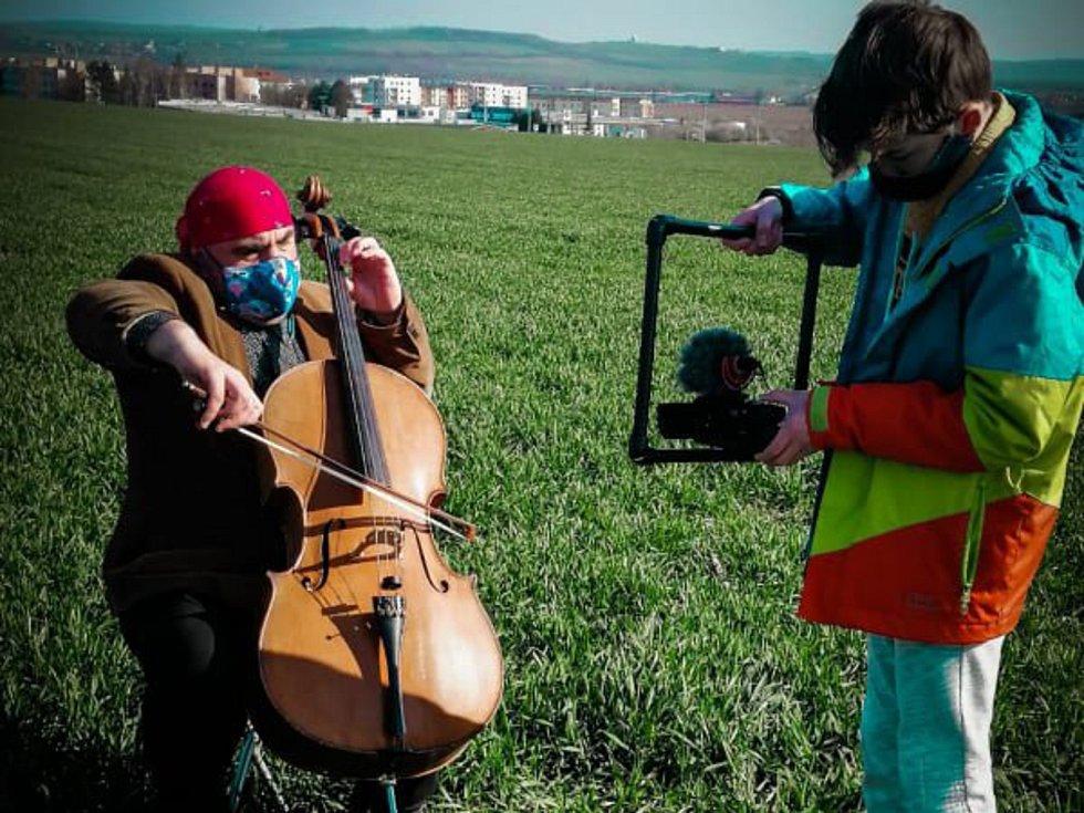 Violoncellista Josef Klíč a mladý kameraman Filip Fajt připravují překvapení - speciální hudební video.