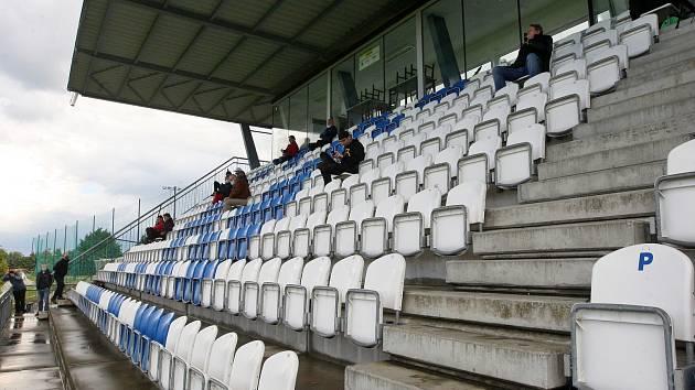 První fotbal po pauze: atmosféra jako v divadle. Takto vypadaly tribuny v Líšni