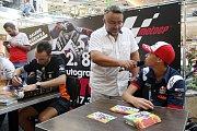 Filip Salač odpovídá na dotazy při podepisování na autogramiádě jezdců Moto GP v brněnské Vaňkovce. Vlevo Jakub Kornfeil.