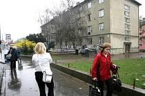 V ubytovně v Židenicích bydlí kolem pěti set převážně sociálně slabých lidí. Obyvatelům okolních domů se jejich sousedství nelíbí. Důvodem jsou výtržnosti, opilství a rušení nočního klidu.