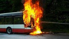 Na Staré dálnici hořel autobus linky E50.